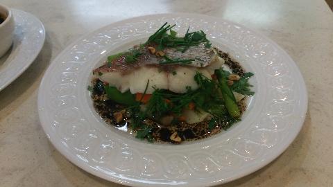 鯛と野菜のヘーゼルナッツオイルのエマルジョンソース
