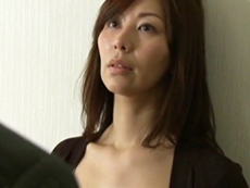 キレイな人妻熟女動画 :秘書を自室のベッドに誘い込む四十路の社長夫人 翔田千里