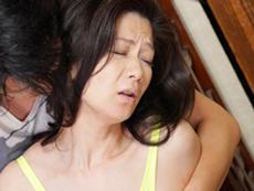 キレイな人妻熟女動画 :ハロウィンで仮装した四十路母を着衣ハメする息子! 大嶋しのぶ