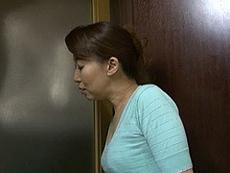 熟女ストレート :欲求不満の四十路母がオナニーに夢中の息子の勃起チ●ポを咥えてしまう! 元森玲子