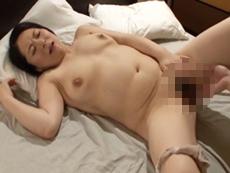 キレイな人妻熟女動画 :父が出張中、むっちり四十路義母を寝取る2人の連れ子! 月島小菊