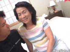 熟女動画だよ :若い男に突かれて少女のようにあえぐ普通のおばさん