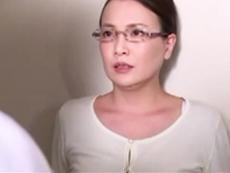 キレイな人妻熟女動画 :夫の入院先の若い医者と浮気エッチする社長夫人 京野美麗