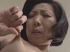 熟女ストレート :未亡人で欲求不満の五十路熟女が若い青年に欲情。トイレでオナニー!そして… 倉田江里子