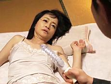 ダイスキ!人妻熟女動画 :五十路母の胸チラで見えた黒乳首に興奮した息子が無理矢理犯す! 花岡よし乃