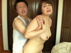 ダイスキ!人妻熟女動画 :ベランダで鉢合わせした下着泥棒を招き入れ、バックからガン突きされて喜ぶ五十路妻!