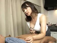 キレイな人妻熟女動画 :手コキで家族の男たちを抜きまくるドスケベ五十路おばさん 安野由美