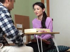 キレイな人妻熟女動画 :村の集会所で村長さんに言い寄られSEXしてしまうガリガリの四十路妻 成田あゆみ