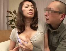 ダイスキ!人妻熟女動画 :両親が旅行中、五十路の母親の友人と淫らな行為をヤってしまう息子w 南條れいな