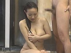 熟女ストレート :温泉の混浴で偶然にも妻のママ友(美爆乳)と一緒になった男。気付かれないようにセンズリ…