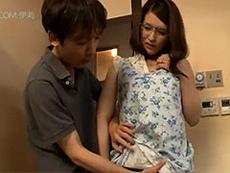 熟女ストレート :家庭内セックス!父親が出掛けた途端にセックスを始める巨乳母と息子www 柳美和子