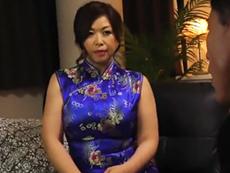 ダイスキ!人妻熟女動画 :チャイナドレスを身に纏った四十路の熟女ママさんが癒やしてくれる秘密パブ 加山なつこ