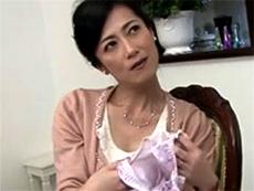 熟女エロ動画 マダムヤ〜ン :わたしの下着で何してたの!?パンティにべっとり付着したザーメンの匂いを嗅いで発情する叔母