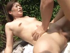 キレイな人妻熟女動画 :隣の息子のビンビンにおっ勃ったデカチンにメロメロになる四十路母 栗野葉子