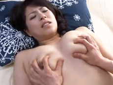 キレイな人妻熟女動画 :むっちり巨乳の熟女母と昼間っから濃厚セックスする息子 笹山希