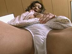 熟女ストレート :四十路熟女がパンチラや巨乳を大人の色気ムンムンに挑発(オナニー)しながら披露! 加納綾子
