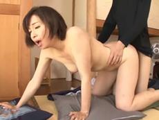 ダイスキ!人妻熟女動画 :四十路の美熟母が三河屋さんと中出しセックスしてるのが息子にバレて・・・ 神崎久美