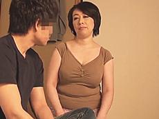ダイスキ!人妻熟女動画 :五十路母で童貞を捨ててから、父親の目を盗んで豊満な肉体を求め続ける息子 柏木舞子
