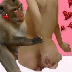 猿に腕を抑えられる裸の私