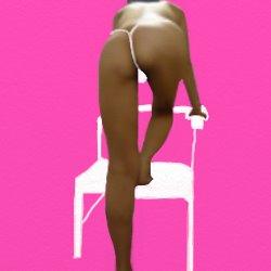 こちらにお尻を向けて椅子の上に上ろうとしている半裸