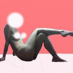 裸で座って、片足を片足の上にのっけている