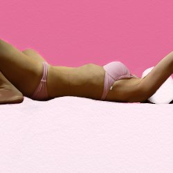 ピンクのビキニで仰向けい寝ている。体幹部分