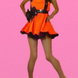 オレンジのミニドレスで内股で立っている