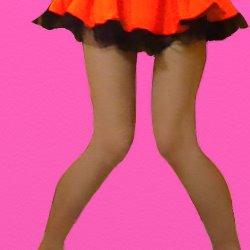 オレンジのミニドレスですごい内股で立っている
