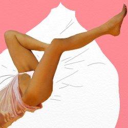 ピンクのベビードールに白いパンツでななめに寝転んでいる