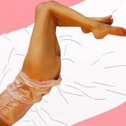 ピンクのベビードールでお尻はむき出しで寝転んでいる