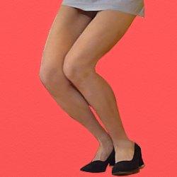 ミニスカートで脚をそろえて膝を少し曲げている