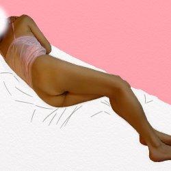 上のピンクのキャミソールで下は裸で背中をこちらに向けて寝転がっている