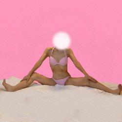 ピンクのビキニで大股開きをして座っている