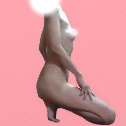 全裸で腿の手を置いて横を向いて座っている