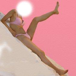 ピンクの水着で座って片足を上げている図を斜めに写している