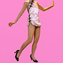 ピンクのチャイナドレスで踊っている