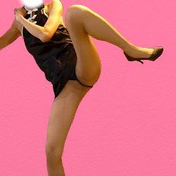 黒いチャイニーズドレスで小股を広げて脚を上げてキックをしようとしている