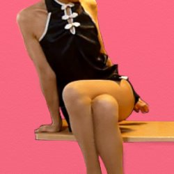 黒チャイナドレスで脚を組んで座っている