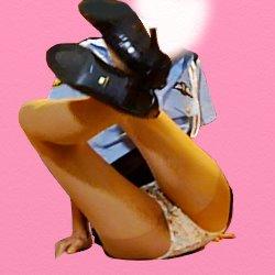 脚を上げてパンツを見せて座っているミニスカポリス