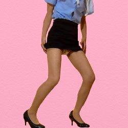 ミニスカートの婦警が少し膝を曲げて立っている
