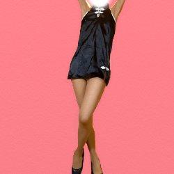 黒チャイナ服で両手を上にあげて脚を軽く交差して立っている