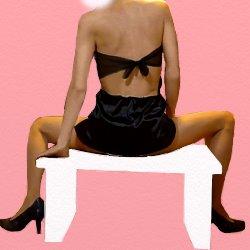 黒チャイナドレスで机の上に後ろ向きで座って脚を大きく開いている