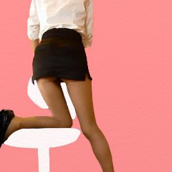 OLが椅子に片膝をかけて三ニスカのお尻をこちらに向けている