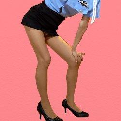 ミニスカポリスの恰好で膝に片手を置いて立っている
