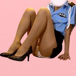 ミニスカポリス姿で膝をそろえて立てて座っている