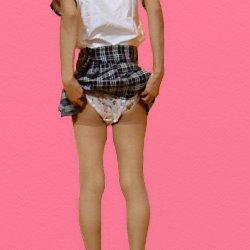 後ろ向きで制服のチェックのスカートを捲ってお尻を少し見せている