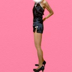 黒いチェイニードレスで横向きで立っている