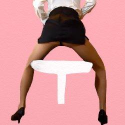 OLが椅子に浅く腰かけてお尻をこちらに見せている