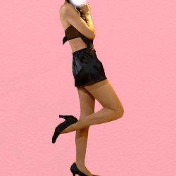 黒いチャイナドレスで片脚を上げて横を向いている