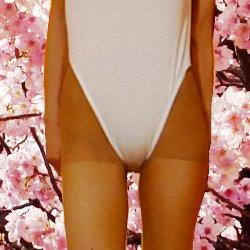 桜をバックに白いレオタードの股の部分のアップの写真